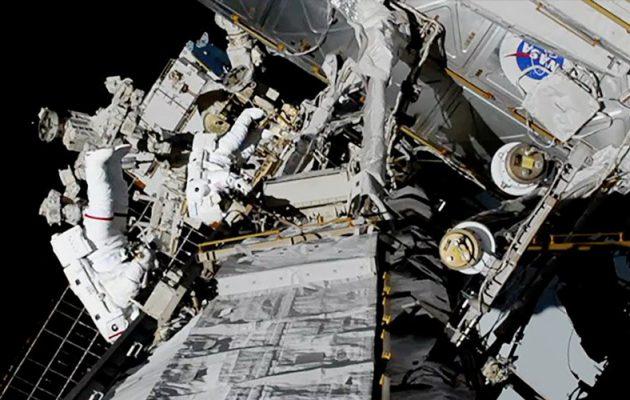 Για πρώτη φορά, δύο γυναίκες κάνουν μαζί «περίπατο» στο διάστημα (βίντεο)