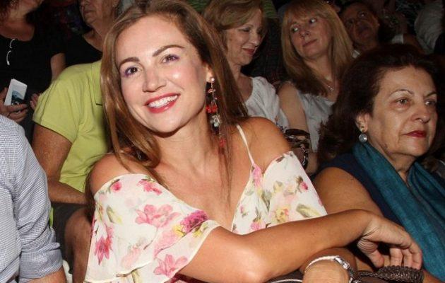 Η δημοσιογράφος της ΕΡΤ Βίκυ Φλέσσα βολεύτηκε και ως υπάλληλος της Βουλής