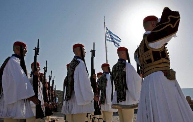 Επετειακή έπαρση της ελληνικής σημαίας στην Ακρόπολη – 75 χρόνια από την απελευθέρωση της Αθήνας (βίντεο)