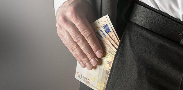 Χειροπέδες σε υπάλληλο υπηρεσίας δόμησης για χρηματισμό