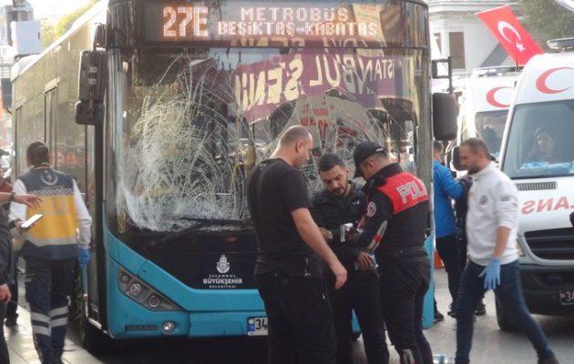 Τρόμος στην Κωνσταντινούπολη: Οδηγός λεωφορείου έπεσε πάνω σε πλήθος (βίντεο)