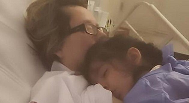 Ξύπνησε από κώμα και θήλασε την κόρη της μόλις την άκουσε να λέει «πεινάω»