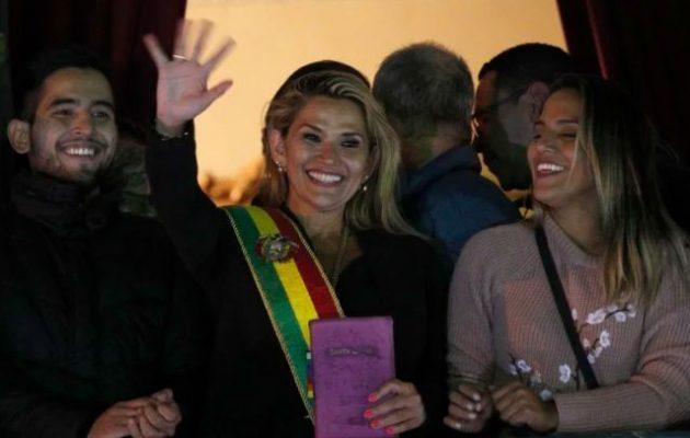 Η Τζανίνε Άνιες αυτοανακηρύχθηκε μεταβατική πρόεδρος της Βολιβίας