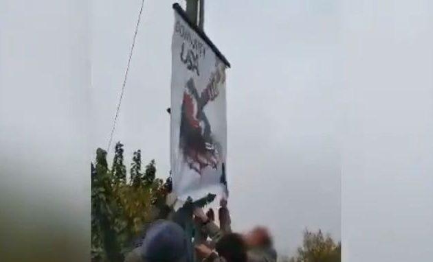 Ιρανοί διαδηλωτές ξηλώνουν αφίσα που γράφει «θάνατος στην Αμερική» (βίντεο)