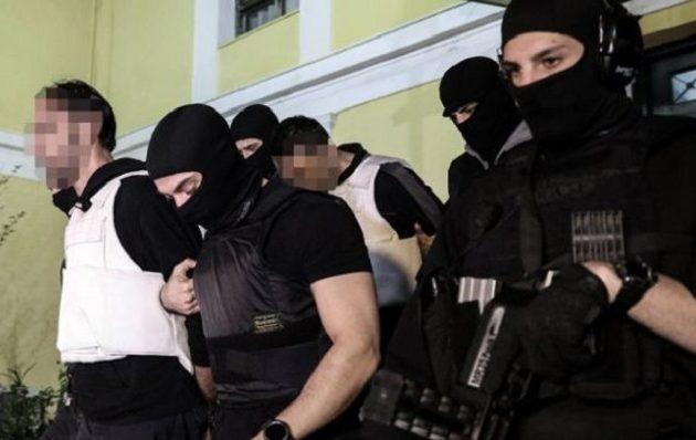«Επαναστατική Αυτοάμυνα»: Αυτοί είναι οι δυο συλληφθέντες και ο 46χρονος καταζητούμενος (φωτο)