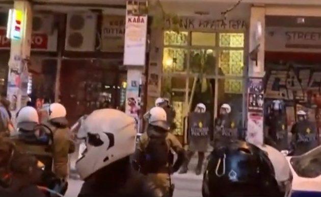 Έπιασαν μπαχαλάκηδες στα Εξάρχεια που σκόπευαν από ταράτσα να βομβαρδίσουν με μολότοφ αστυνομικούς (βίντεο)