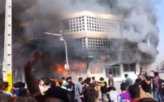Αιματηρά επεισόδια στο Ιράν για την αύξηση της τιμής της βενζίνης