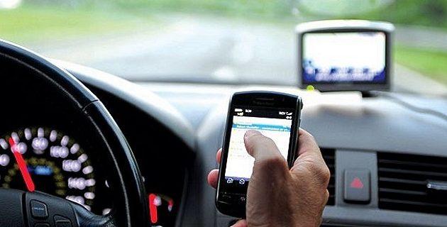 Πρόστιμο 230 ευρώ αν ακουμπήσεις το κινητό ενώ οδηγείς – Δείτε πού
