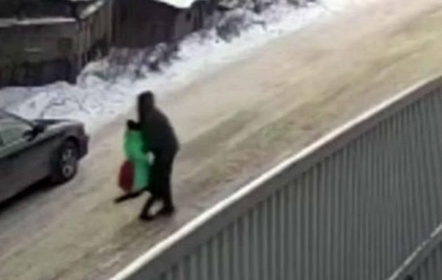H στιγμή που ένας παιδεραστής αρπάζει 9χρονη στη Ρωσία (βίντεο)