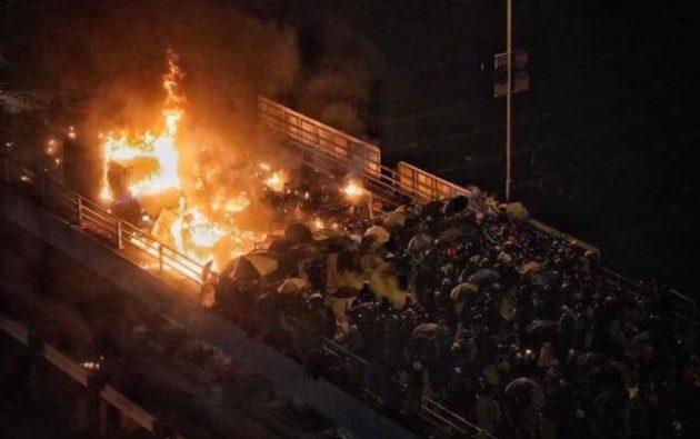 Στο Πολυτεχνείο οχυρωμένοι οι φοιτητές στο Χονγκ Κονγκ – Η Αστυνομία απειλεί με πραγματικά πυρά