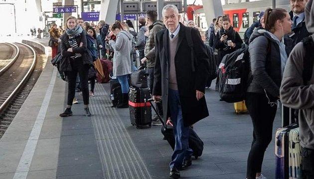 Παράδειγμα σεμνότητας: Ο Αυστριακός πρόεδρος ταξιδεύει με το τρένο