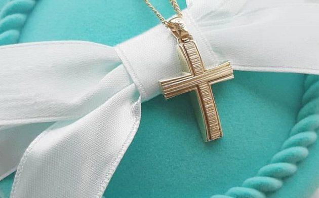 Απίστευτο: Νονά κατέθεσε αγωγή και ζητάει πίσω τον σταυρό της βαφτιστήρας της