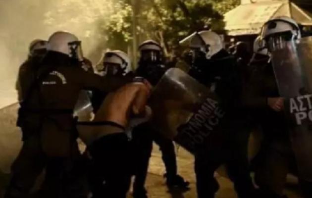 Στη Βουλή από τον ΣΥΡΙΖΑ το ξεγύμνωμα διαδηλωτή από την αστυνομία