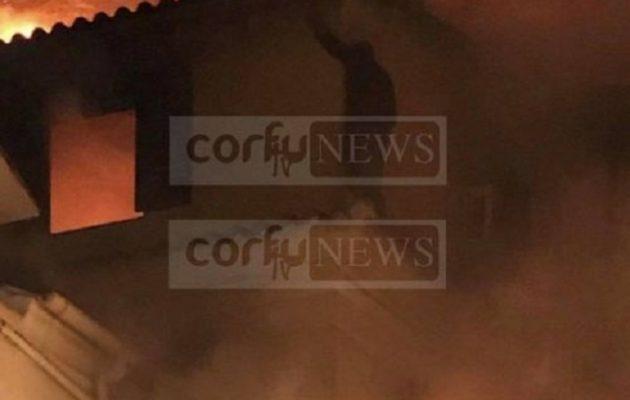 Φωτιά στην Κέρκυρα: Μάνα έπεσε με το παιδί της από το μπαλκόνι (βίντεο)