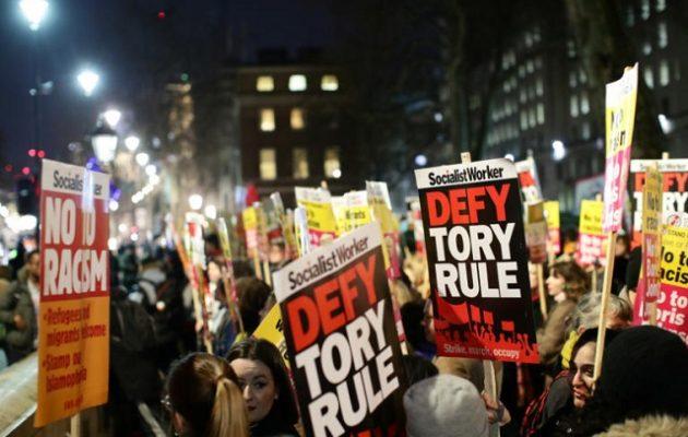 Διαδηλωτές γιούχαραν Τζόνσον: Έξω, δεν είναι ο πρωθυπουργός μου (βίντεο)