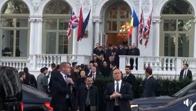 Γιούχαραν τον Ερντογάν έξω από ξενοδοχείο στο Λονδίνο
