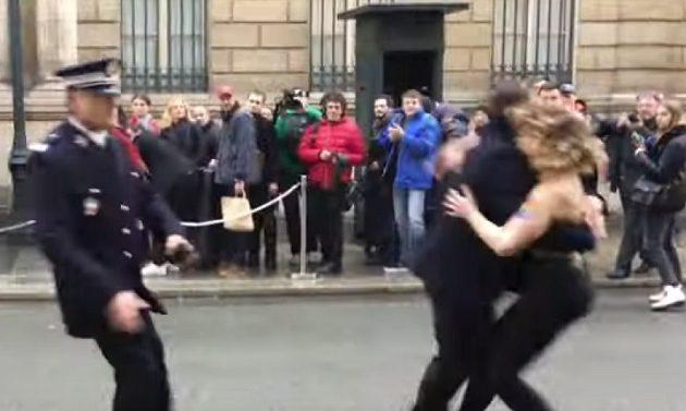 Γυμνόστηθες ακτιβίστριες της Femen διαδήλωσαν κατά του Πούτιν στο Παρίσι (βίντεο)