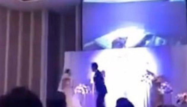 Γαμπρός έδειξε βίντεο με τη νύφη να τον απατά με τον άντρα της αδελφής της (βίντεο)