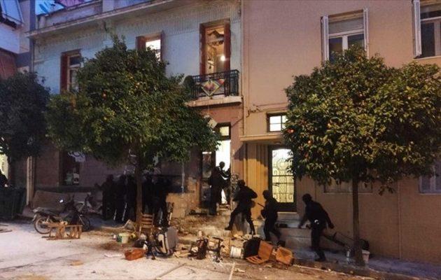 Ο Χρυσοχοΐδης καλύπτει τα ΜΑΤ – «Δεν υπήρξε αστυνομική βία στο Κουκάκι»