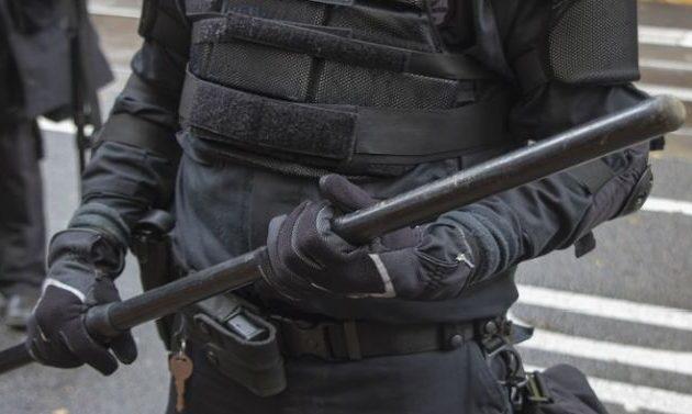 Αστυνομικοί βίασαν φοιτητή με γκλομπ – Είχε «βαμμένα κόκκινα νύχια»
