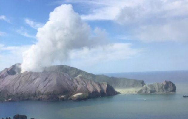 Το ηφαίστειο Ουκατάνε «κατάπιε» τους τουρίστες στον κρατήρα του (βίντεο)