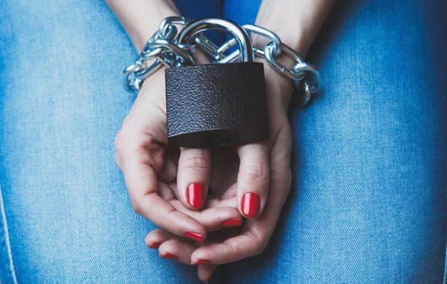 Αχόρταγη σωφρονιστική υπάλληλος το «έκανε» με κρατούμενο
