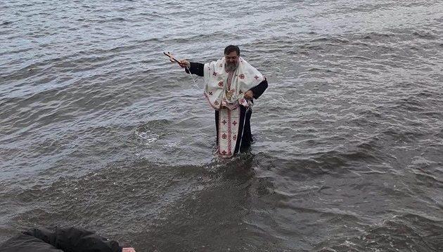 Στη Φθιώτιδα δεν βούτηξε κανείς για τον Σταυρό και βούτηξε ο παπάς