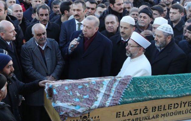 Ο Ερντογάν επισκέφθηκε τη σεισμόπληκτη Ελαζίγ και έβγαλε λόγο σε κηδεία