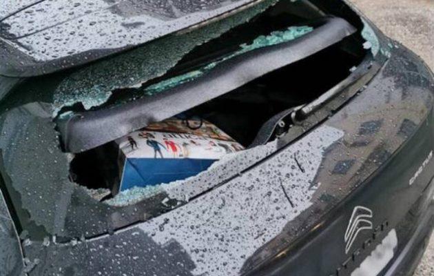 Έσπασαν το αυτοκίνητο του Φλαμπουράρη στα Εξάρχεια