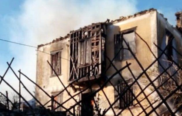 Μετανάστες λεηλάτησαν και έκαψαν παλιό αρχοντικό στη Μόρια της Λέσβου