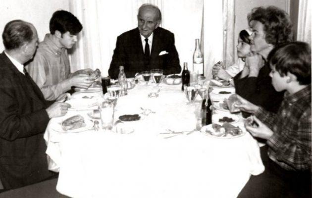 Σπάνια φωτογραφία από μάζωξη της οικογένειας Παπανδρέου – Με σουβλάκια και κόκα κόλα