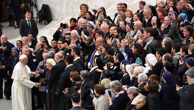 Πάπας Φραγκίσκος σε Αφρικανή καλόγρια: Θα σε φιλήσω αλλά μην με δαγκώσεις