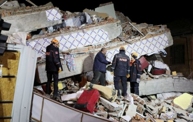 Φονικός σεισμός στην Τουρκία: Τουλάχιστον 22 οι νεκροί και 1.130 οι τραυματίες