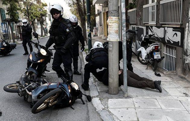 Κουκάκι: Επιχείρηση των ΕΚΑΜ για την εκκένωση δύο κτιρίων που ανακατέλαβαν αντιεξουσιαστές