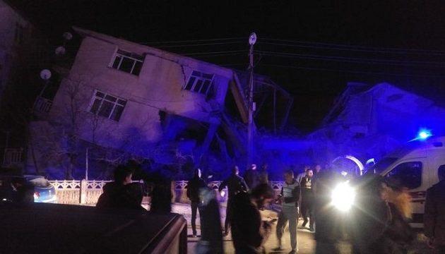 Τουρκία: Τέσσερις νεκροί από τον σεισμό των 6,8 Ρίχτερ – Πολλά σπίτια κατέρρευσαν
