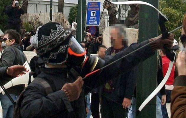 Η Αντιτρομοκρατική συνέλαβε τον «Τοξοβόλο του Συντάγματος» με δύο γυναίκες