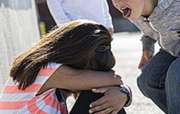 Σοκ στο πανελλήνιο: Μαθητές δημοτικού ανάγκασαν συμμαθήτριά τους να γλείψει τουαλέτα με ακαθαρσίες