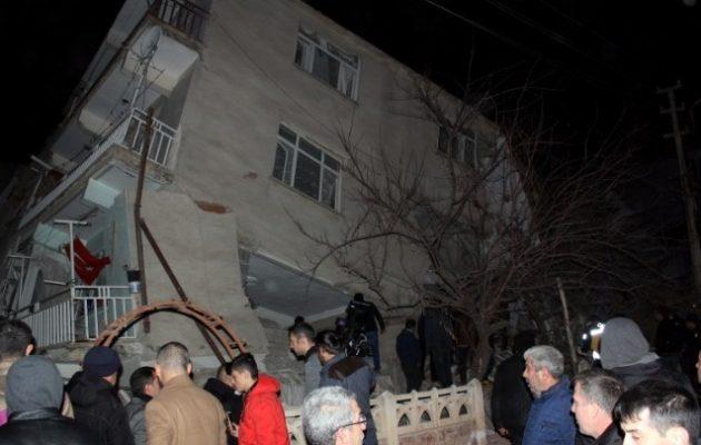 Τουρκία: Τουλάχιστον 14 νεκροί από τον σεισμό – Ανασύρουν συνεχώς πτώματα – Κατέρρευσαν κτίρια