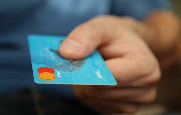 Κίνητρα για πληρωμές με κάρτες σε συγκεκριμένους κλάδους – Αλλάζει και η «φορολοταρία»