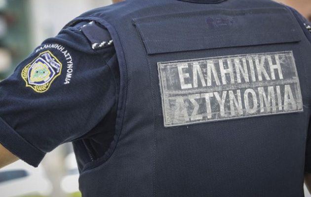 Aστυνομικός κατηγορείται ότι έδειρε πολίτη για ερωτική αντιζηλία