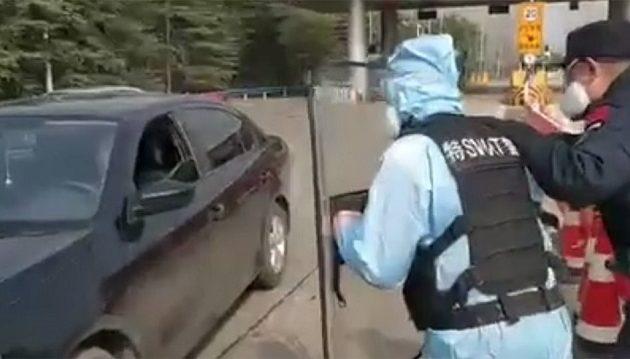 Κοροναϊός Covid-19: Πώς οι ειδικές δυνάμεις της Κίνας πιάνουν μολυσμένο άντρα (βίντεο)