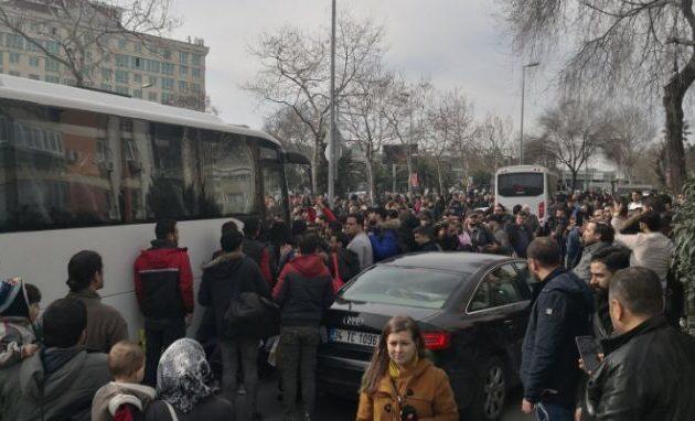 Πολεμική ανταποκρίτρια: Λευκά λεωφορεία χωρίς πινακίδες μεταφέρουν κόσμο στον Έβρο