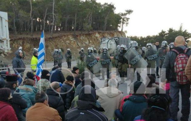 Με χημικά τα ΜΑΤ προσπάθησαν να «διασπάσουν» τους διαδηλωτές στη Λέσβο