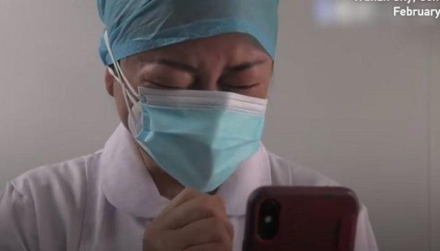 Συγκλονιστικό: Νοσοκόμα μαθαίνει ότι πέθανε η μητέρα της από τον κοροναϊό (βίντεο)