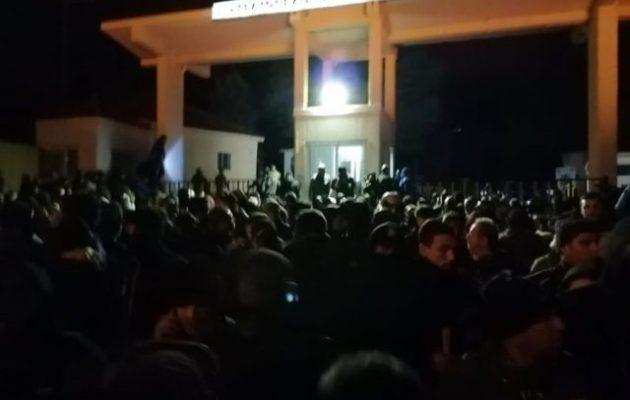 Λέσβος: 1.000 κάτοικοι κυνήγησαν 8 διμοιρίες ΜΑΤ – Κλείστηκαν σε στρατόπεδο – Έπεσαν πυροβολισμοί