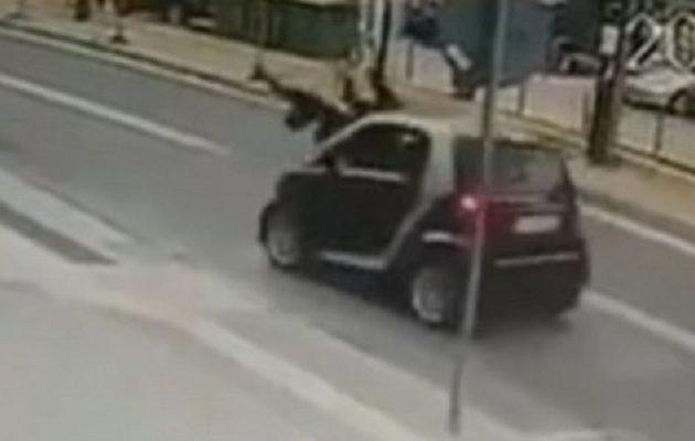 Βίντεο-σοκ: Αυτοκίνητο χτυπάει μητέρα και παιδί στο Ρέθυμνο