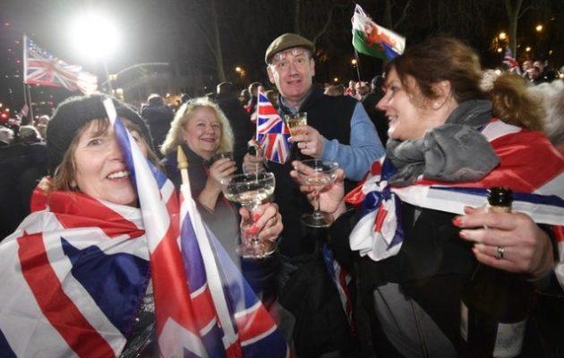 Η Βρετανία αποχώρησε από την ΕΕ με σαμπάνιες για τους Brexiteers και ολονυκτίες για τους Remainers