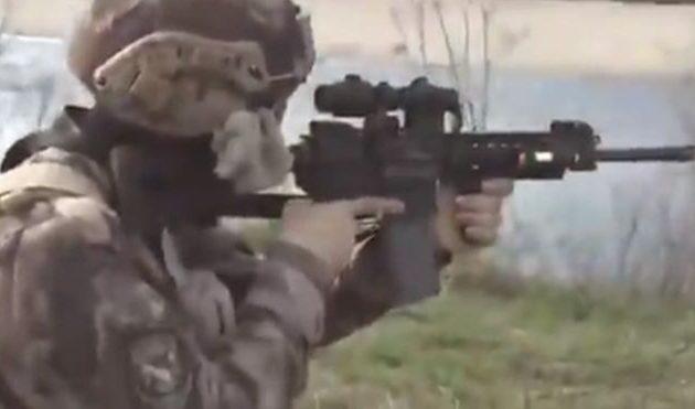 Τούρκος στρατοχωροφύλακας σημαδεύει Έλληνες στρατιώτες στον Έβρο (βίντεο)