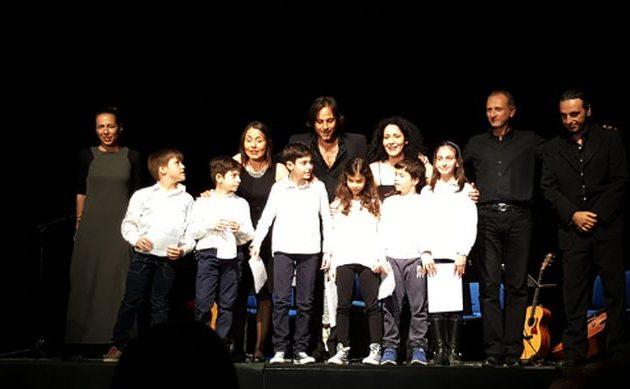 Ελληνόπουλα στην Ιταλία ηχογράφησαν τον «Θούριο» από το σπίτι τους για την 25η Μαρτίου
