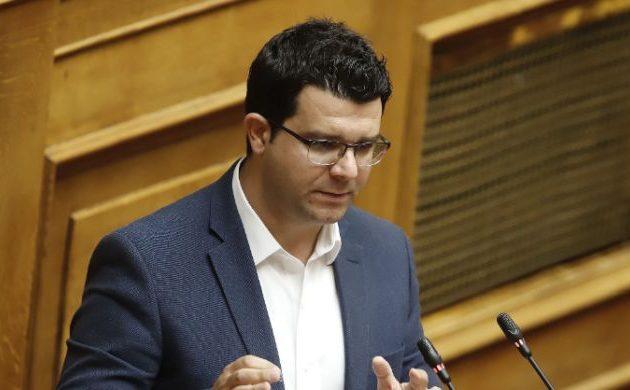Ο Μάριος Κάτσης κατηγορεί την κυβέρνηση για νέο δώρο προς τους καναλάρχες